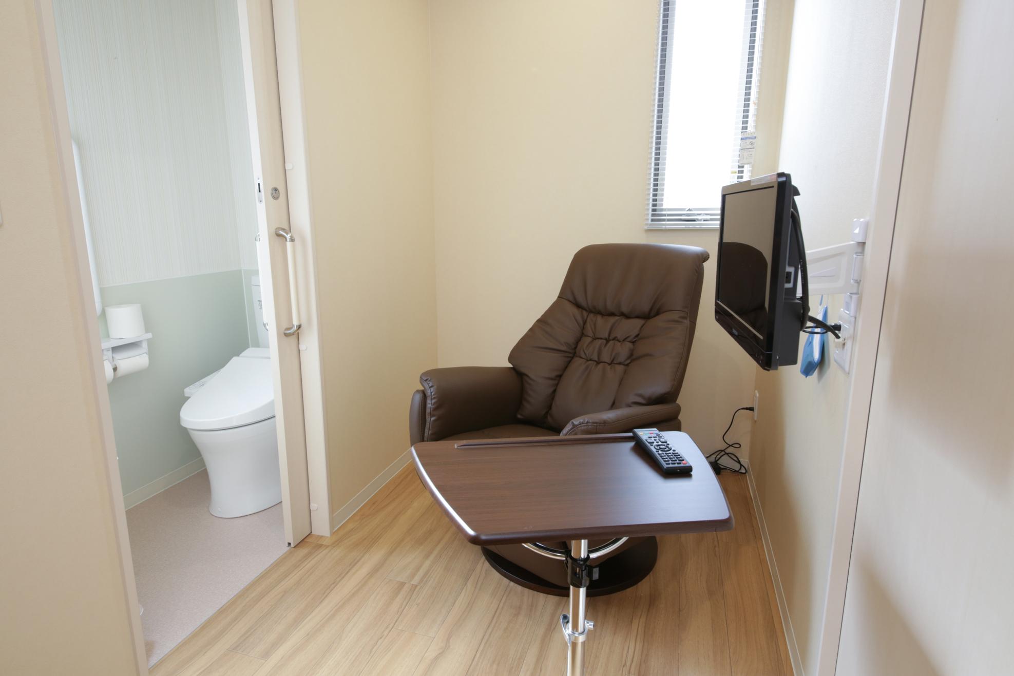 ご自宅での腸管洗浄が不安な方は院内のトイレ付個室をご利用ください